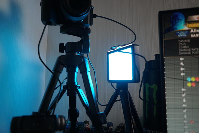 もう1台はカメラそばに置き、フィルライトとして使うことに
