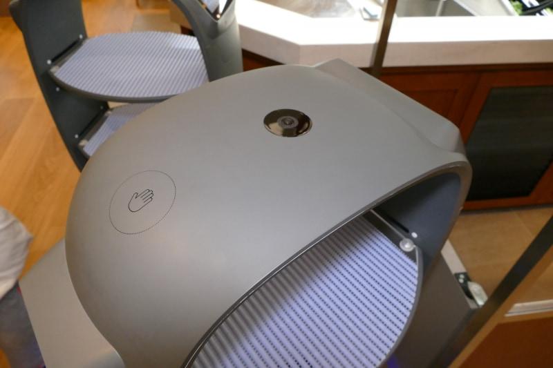ロボット頂部。マーカーを検出するカメラとタッチセンサー