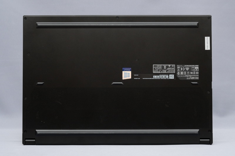 底面。フットプリントは358.3×248mm(幅×奥行き)と15.6型ノートPCとして十分なコンパクトさとなっている