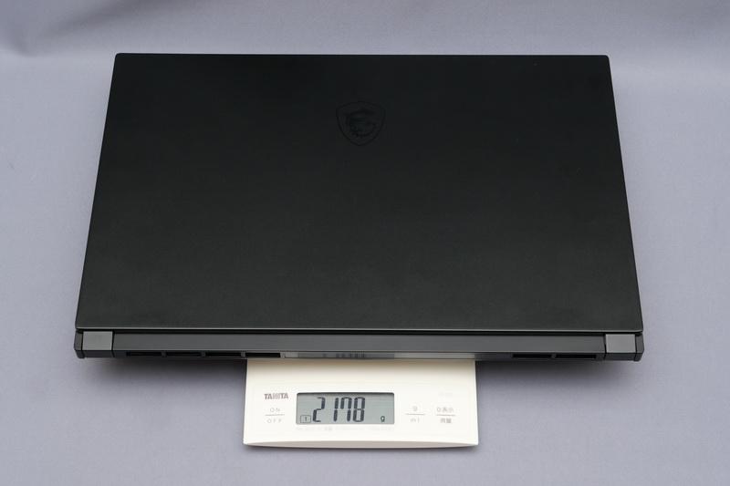 重量は実測で2,178g。ハイエンドゲーミングノートPCと考えると十分に軽いと感じる
