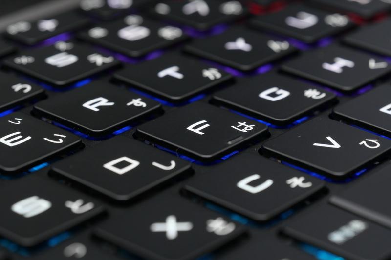 ストロークはやや浅めだが、しっかりとしたクリック感と適度な硬さのタッチで打鍵感はかなり優れる