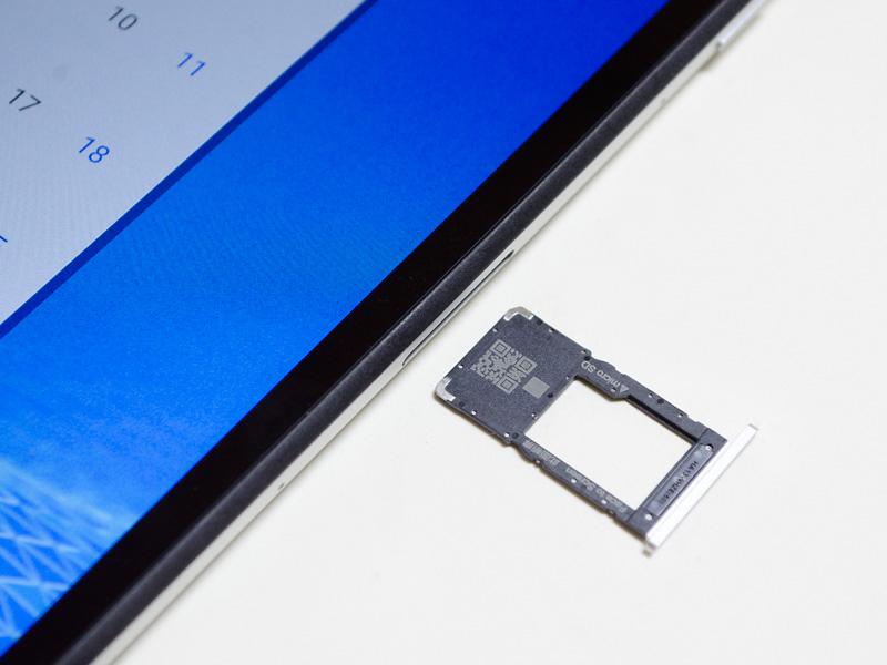 microSDカードスロット付近。イジェクトピンを使うタイプ