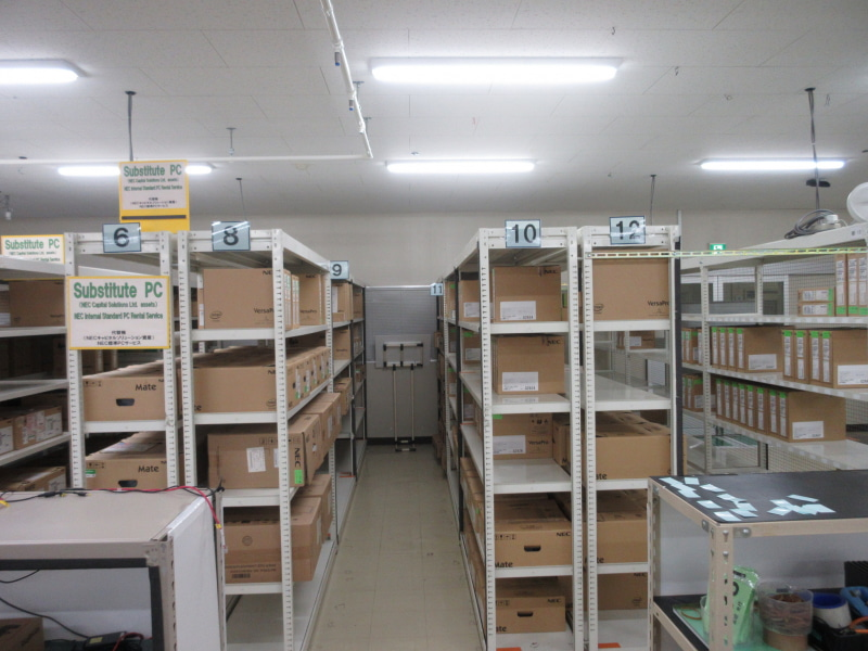 アセットマネジメントサービスで管理しているPCの数々。すぐに出荷できるようにしている