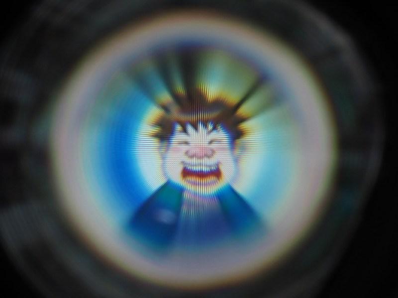 レンズ越しにディスプレイを接写すれば格子模様を確認できるが、実際に装着すると肉眼ではほぼ見えない