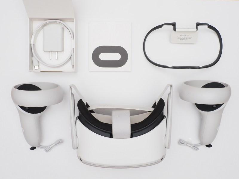 パッケージにはQuest 2ヘッドセット以外に、Touchコントローラ×2、電源アダプタ、充電ケーブル、眼鏡スペーサー、単三乾電池×2(コントローラに装着済み)、リファレンスガイド、安全および保証ガイドが同梱