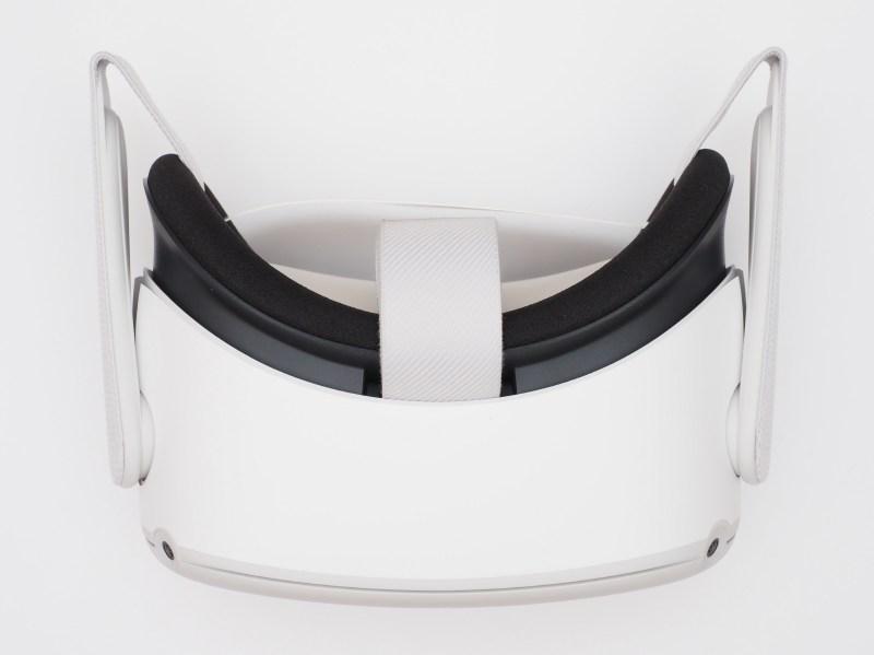 Quest 2ヘッドセット。この写真は本体を保護する紙を装着したままで撮影している