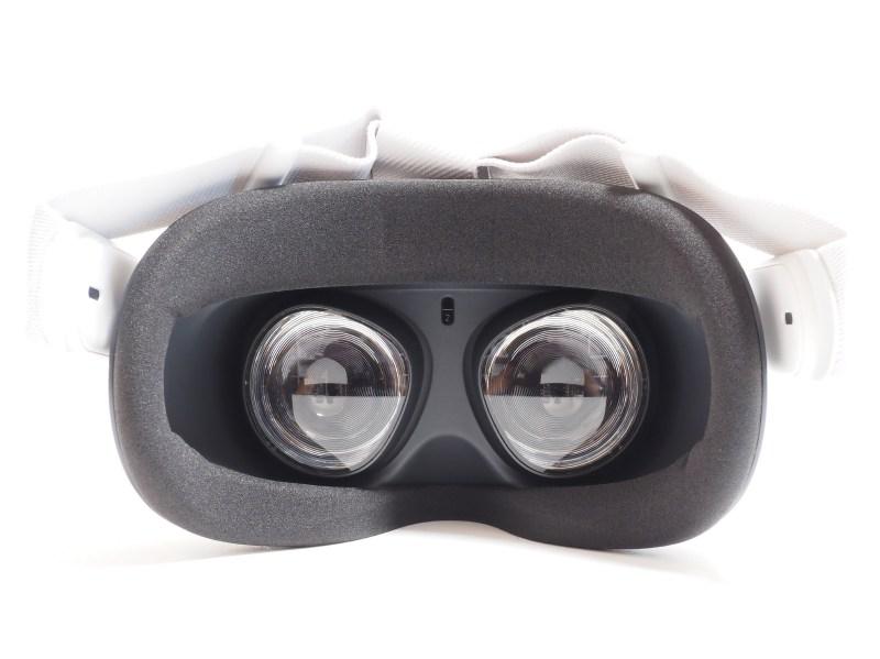 ヘッドセット内部。中央上にあるのは装着を感知するセンサー。IPD(瞳孔間距離)はレンズを直接動かすことで調整する