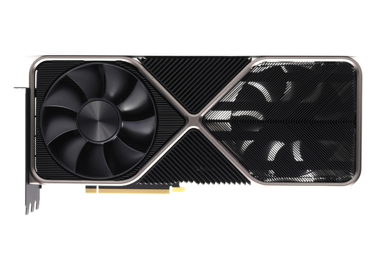 GeForce RTX 3090 Founders Edition。ブラケット付近に吸気ファンを搭載している