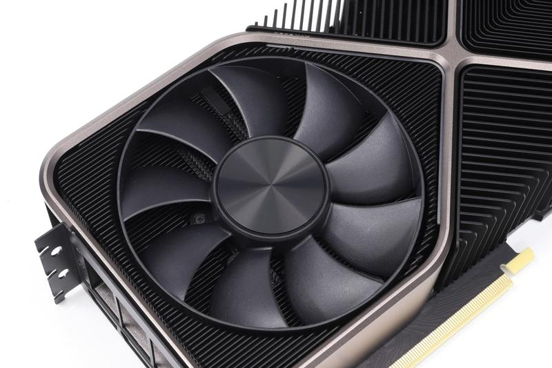 冷却ファンは直径約110mm。表裏のファンはともにセミファンレス動作に対応している