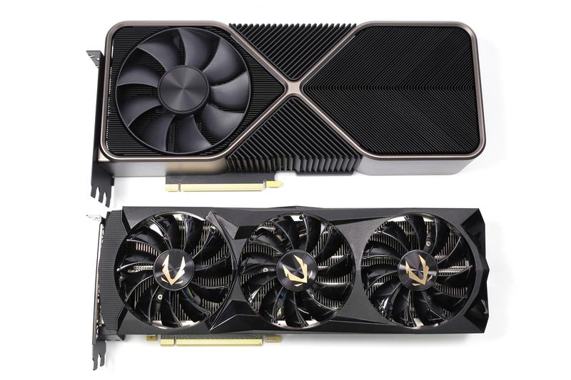 GeForce RTX 3090 Founders EditionとZOTAC GAMING GeForce RTX 2080 Ti AMP Editionを並べたところ