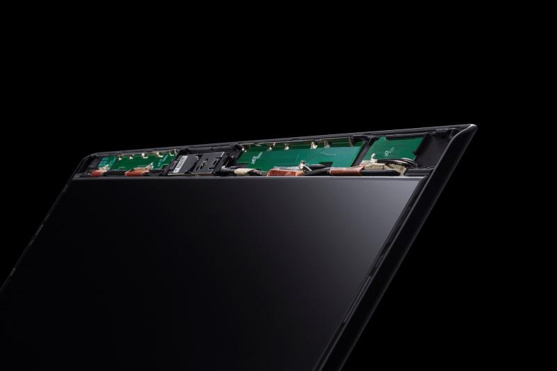 VAIO SX14/12ともにアンテナをディスプレイ面の上部に搭載。金属製の机の上などでも高い電波特性で無線接続を確保する