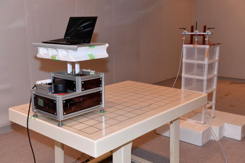 電波実験のためのシールドルーム内の実験の様子