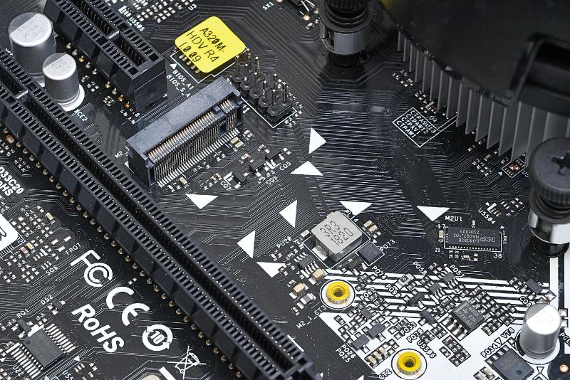 今回のマザーボードにはM.2スロットもあるので、NVMe SSDも搭載できるが予算的に厳しい。しかし将来的に増設できる余裕があるのは心強い