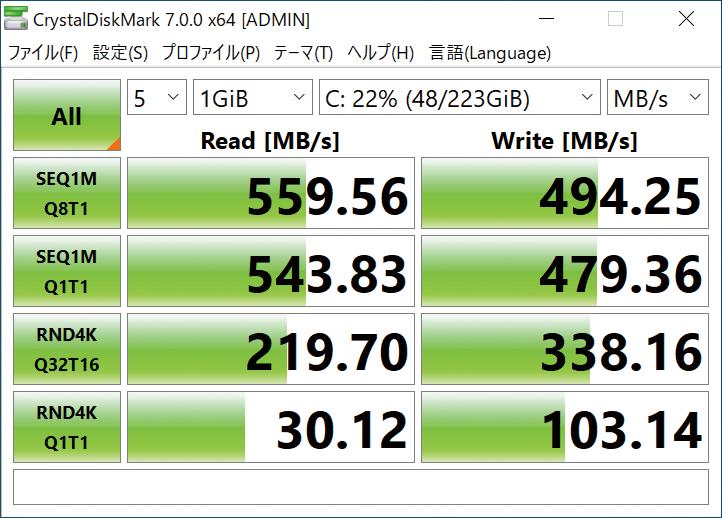 """<strong class=""""em """">ストレージの速度も見る</strong><br>今回はCrucial BX500の240GBを採用している。CrystalDiskMarkで最大速度を見たが、Serial ATA接続のSSDとしては十分高速だ"""