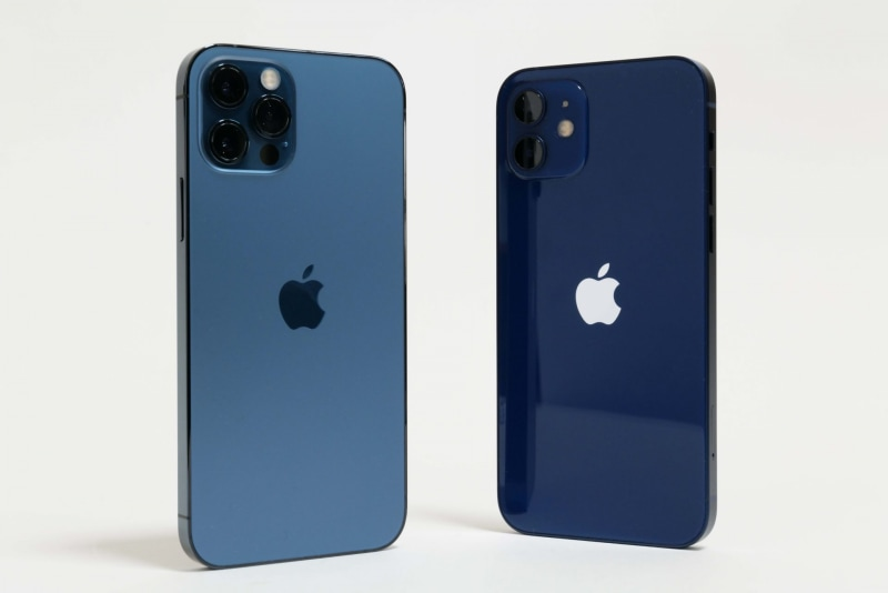 Apple「iPhone 12 Pro」(左、税別10万6,800円~)、「iPhone 12」(右、税別8万5,800円~)