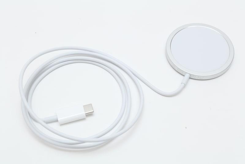 「MagSafe充電器」(4,500円)。「20W USB-C電源アダプタ」などと組み合わせれば、最大15WでiPhone 12シリーズをワイヤレス充電できる