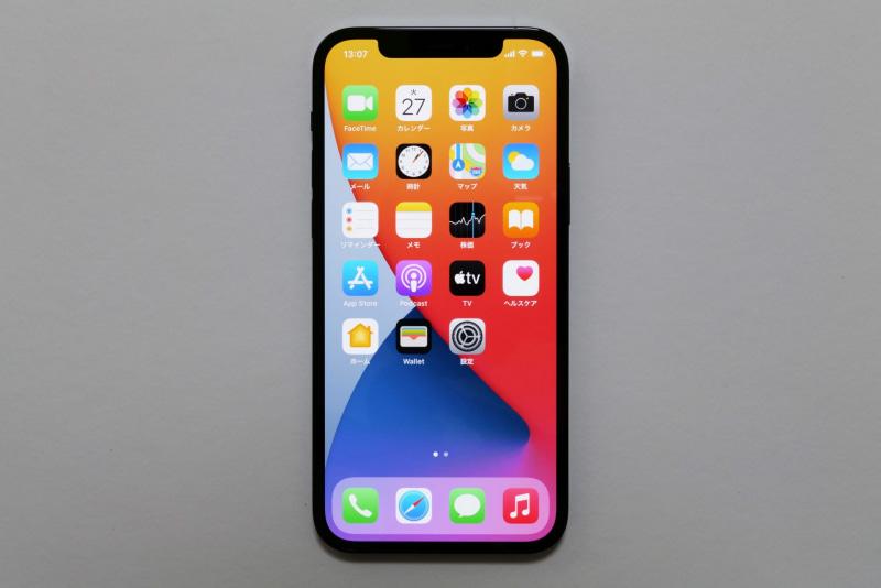 iPhone 12はiPhone 11と画面サイズは同じで筐体が小さくなっている。iPhone 12 ProはiPhone 11 Proに対して前面投影面積は114×71.4mm→146.7×71.5mmと約2%大きくなっているが、画面サイズは5.8型→6.1型と0.3型拡大している。なお、以降4点の写真はiPhone 12 Proだ