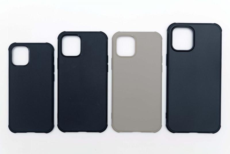 サイズ比較用にDeffの「TESiV Clean Case」を用意した。左からiPhone 12 mini用、iPhone 12/iPhone 12 Pro用×2、iPhone 12 Pro Max用だ。こうやって並べてみると、iPhone 12 miniの小ささが際立つ
