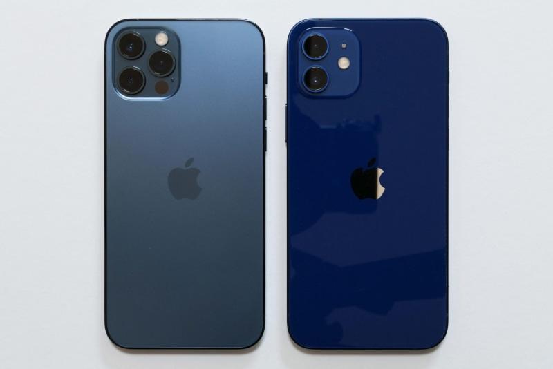 左がiPhone 12 Pro、右がiPhone 12。iPhone 12はブルー、グリーン、(PRODUCT)RED、ホワイト、ブラックの5色が用意されている