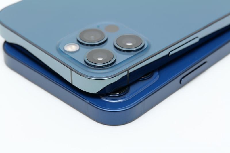 iPhone 12も質感が高いが、側面を見比べるとiPhone 12 Proのほうが高級感は上だ