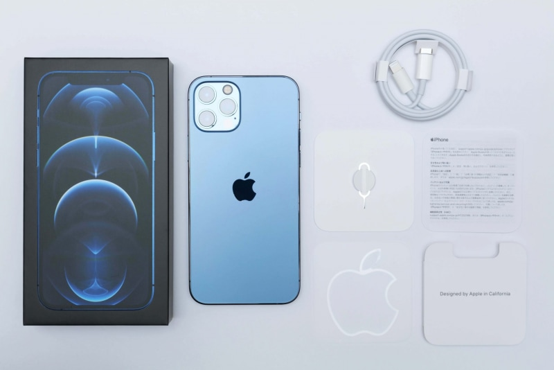 iPhone 12 Proのパッケージには、本体、USB-C - Lightningケーブル、マニュアル類が同梱