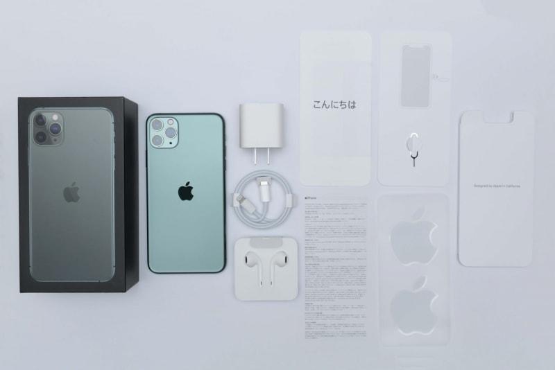 iPhone 11 Pro Maxのパッケージには、本体、18W USB-C電源アダプタ、USB-C - Lightningケーブル、EarPods with Lightning Connector、マニュアル類が同梱されていた