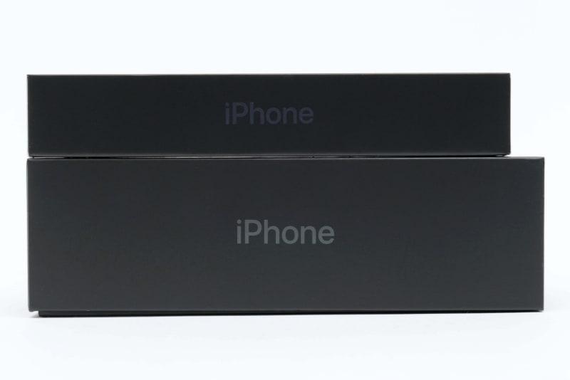 上がiPhone 12 Pro、下がiPhone 11 Pro Maxのパッケージ。厚みで約2倍の差があることがわかる