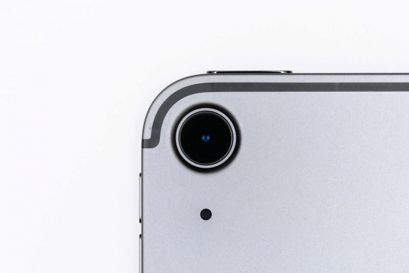 本体背面左上には広角カメラ(1,200万画素、F1.8)とマイクが配置