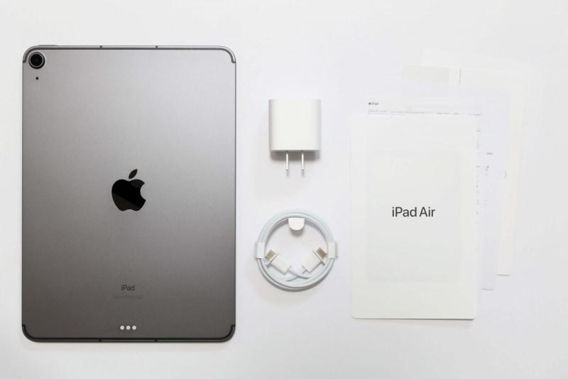 パッケージには、本体、「20W USB-C電源アダプタ」、「USB-C充電ケーブル(1m)」、説明書類(クイックスタートガイド、各種注意事項、パソコンリサイクルについて、SIMピン、ステッカー)が同梱されている