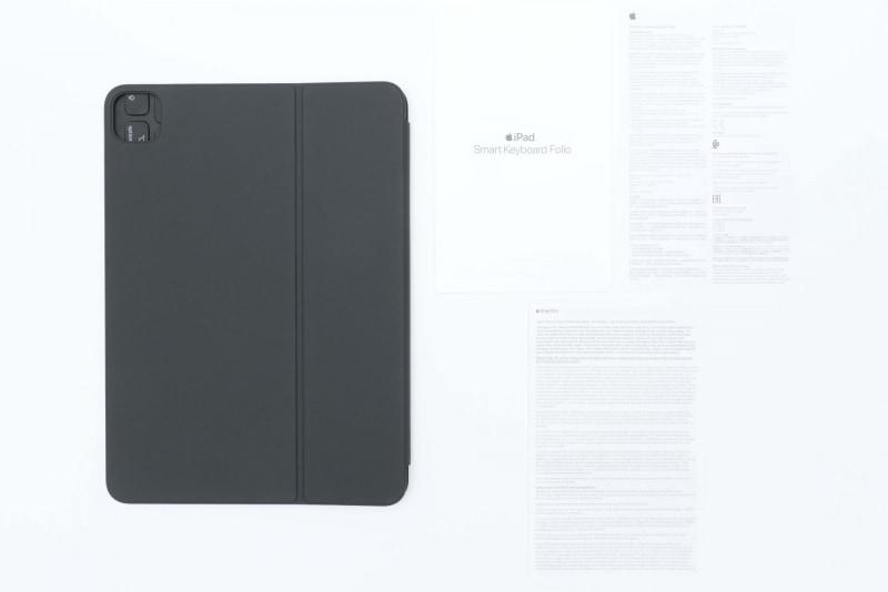 Smart Keyboard Folioのパッケージには、Smart Keyboard Folio本体と説明書類(クイックスタートガイド、Apple製品1年限定保証の概要、Regulatory Compliance Information)が同梱