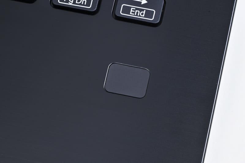 パームレスト右側に指紋センサーを装備。顔認証と併用できるため、状況に合わせて使い分けられるのがうれしい