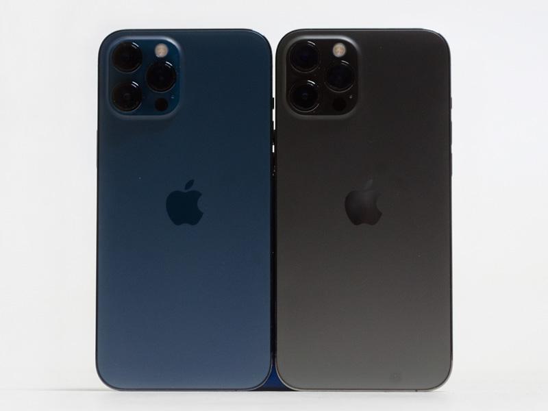 背面(パシフィックブルー、グラファイト)。左が貸出機のパシフィックブルー(512GB)、右が筆者所有のグラファイト(128GB)