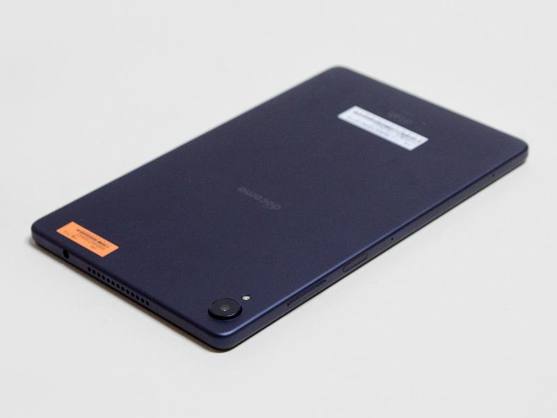 右側面に音量±ボタンと電源ボタン。電源ボタンは指紋センサーを兼ねている。上側面に3.5mmイヤフォンジャックとスピーカー