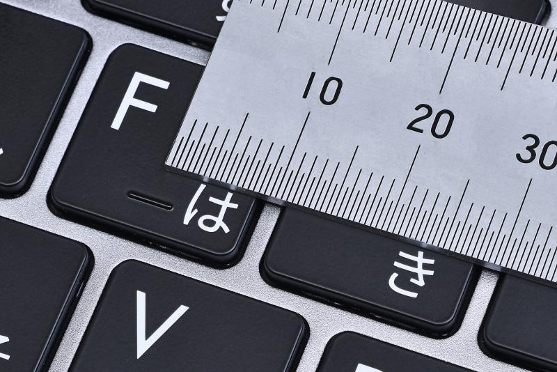 キーピッチは19.6mmと見てわかるとおり、フルサイズの基準(19mm)よりも広く入力しやすい