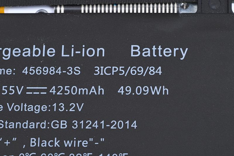 内蔵バッテリの仕様は49Whと、30~40Whという容量が多いこのクラスとしては大容量のバッテリを搭載している