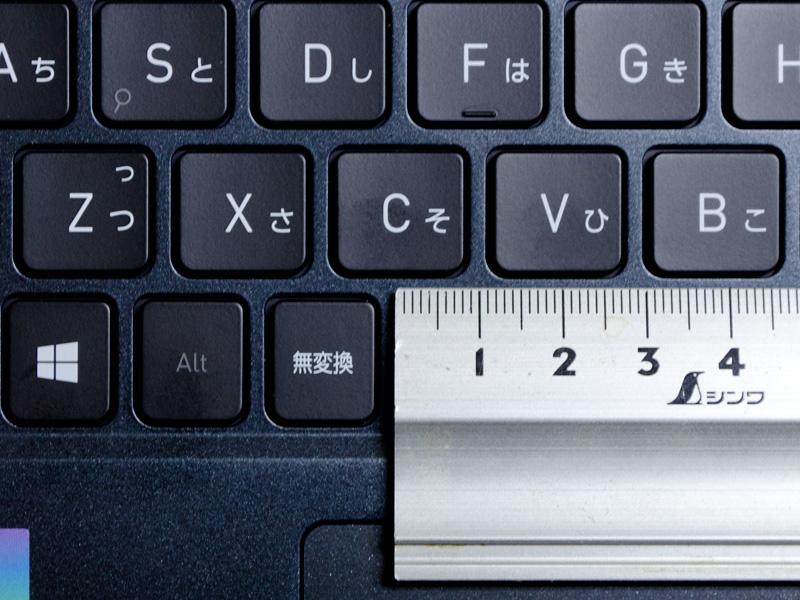 キーピッチは実測で19mm。仕様上はキーピッチ19mm、キーストローク1.5mm、キートップへこみ0.2mm。一部狭いものもあるが許容範囲だろう