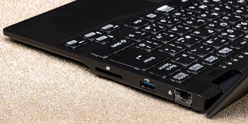 右側面。USB Type-A(USB 3.2 Gen 1)のほか、有線LAN、SDカードスロットと最近では省かれがちな端子もしっかり装備する