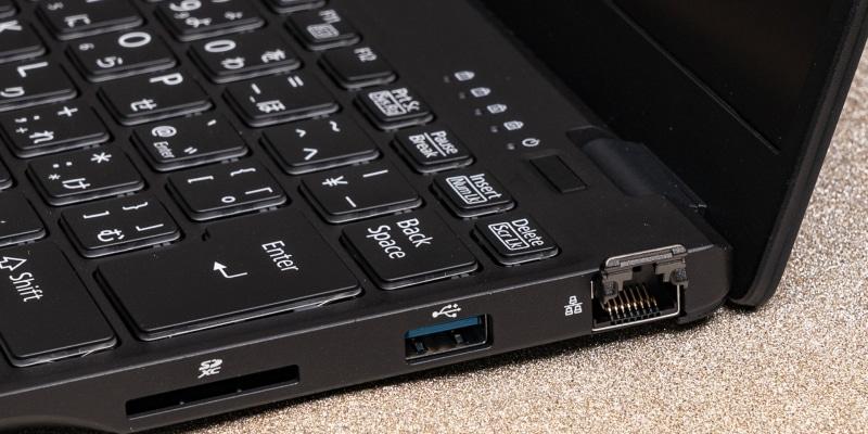 有線LANポートはガルウイングのように開いて使う