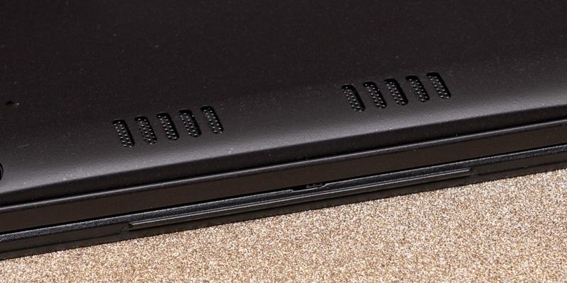 底部にステレオスピーカーを搭載する。最近の製品としては最大音圧が低く迫力に欠ける