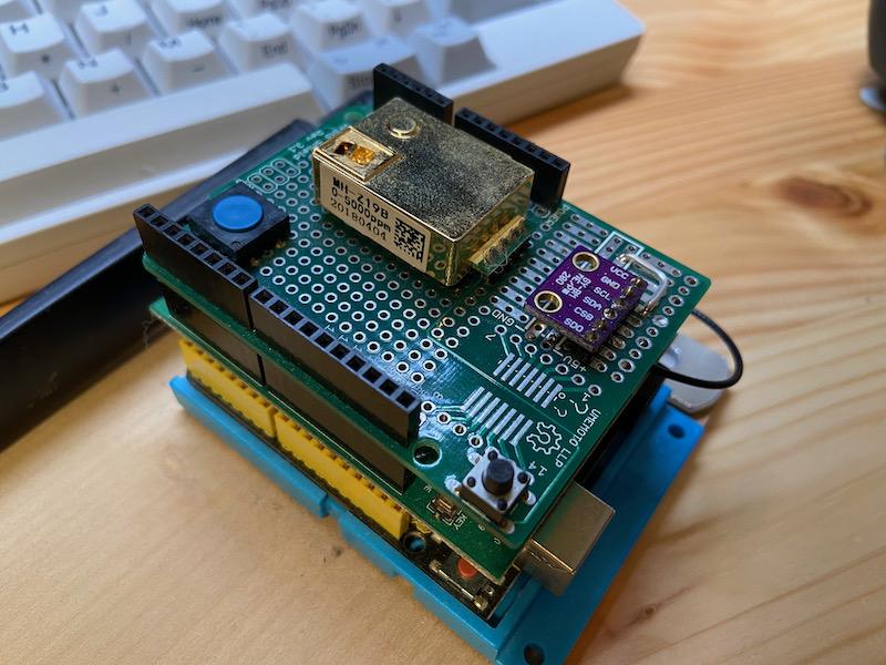 NDIR方式のセンサーを使って作ったCO2環境測定器。金色のセンサーがお高く、組み込み用としては電気を馬鹿食いする