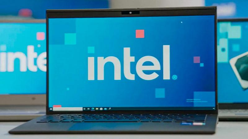 Intelの会見で公開された第11世代Core H35シリーズを搭載した薄型ノートパソコン。よく見るとタスクバーに「VAIOの設定」と思われるアイコンがあるので、これがVAIOの次世代機と見てほぼ間違いなさそうだ