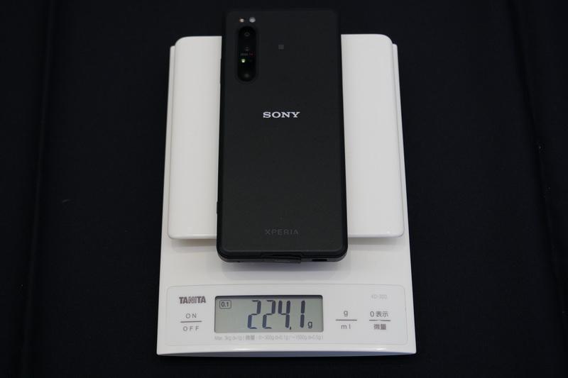 重量は実測で224.1g(SIM未装着)と、公称よりもわずかに軽かった