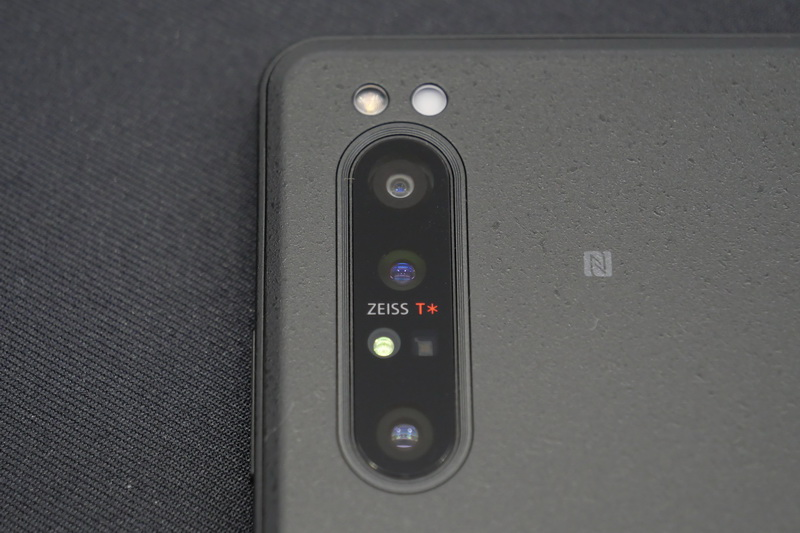 本体が厚いこともあって、背面カメラは本体とフラットに搭載している