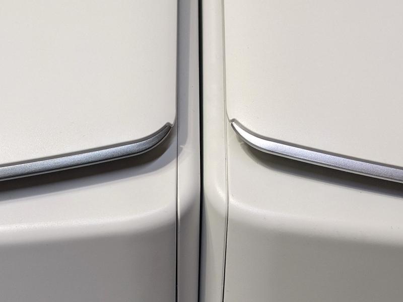 左が本製品、右が従来のiX1500。外観上の違いはカバー先端のパーツの色のみ。実に微妙な違いだ