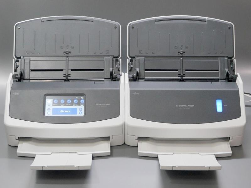 左が本製品、右がタッチパネルレスの「iX1400」。Wi-Fi接続はサポートせず、接続はUSBのみ。またA3原稿の読み取りには別売のキャリアシートが必要になるなど細かい違いがある