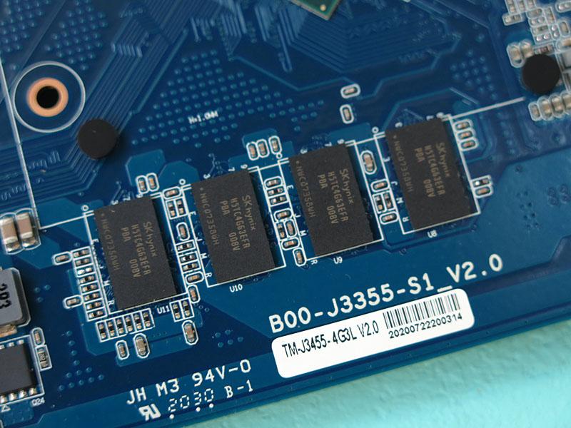 LPDDR3メモリを4GB搭載する(写真は表面だが、背面にも装備)