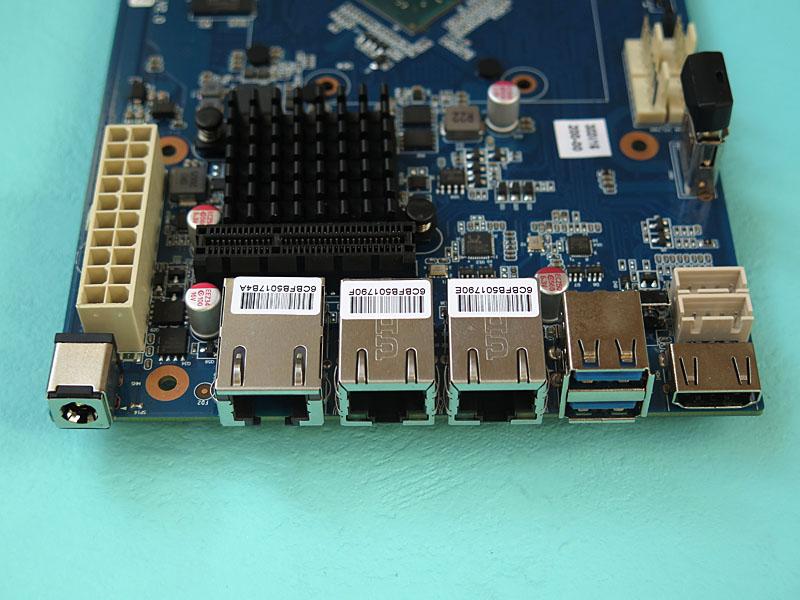 インターフェイス部。HDMIは用意されているが、背面カバーで隠されている