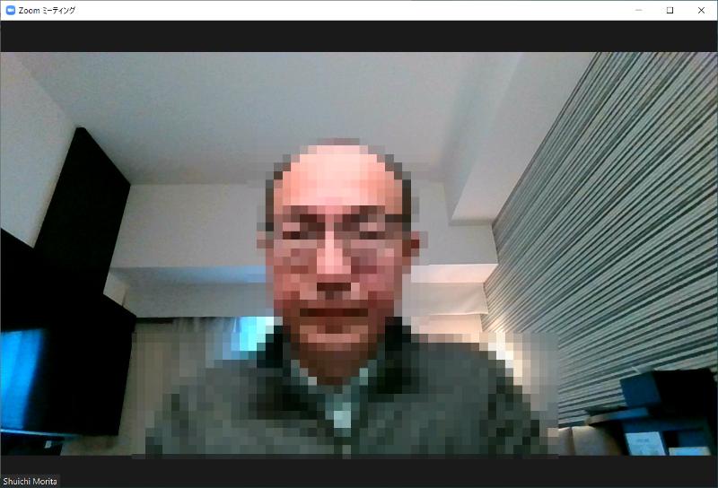 ZoomのWeb会議に参加したところ。ホテルならではシンプルな空間なので、背景問題(?)を解消するにも良さそうだ
