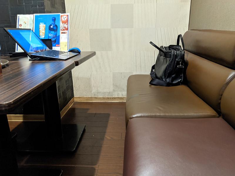 カラオケ店ということもあり、デスクや椅子(の座面)はやや低め