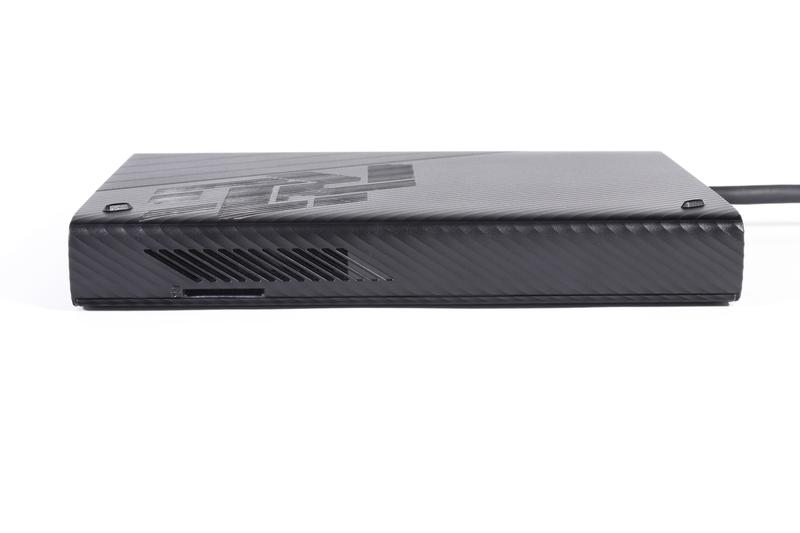 ケース側面の通気口付近にUHS-II対応のSDカードスロットを装備